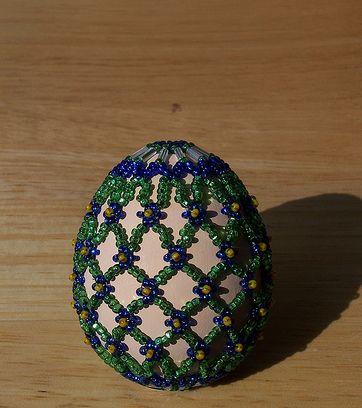 A kalotaszegi Magyarvistán gyöngyöt fűznek a tojásra